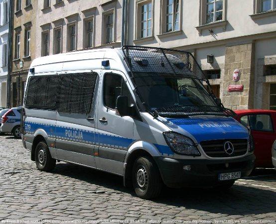 Policja Jelenia Góra: Mężczyzna podejrzany o rozbój i posiadanie narkotyków zatrzymany przez policjantów.